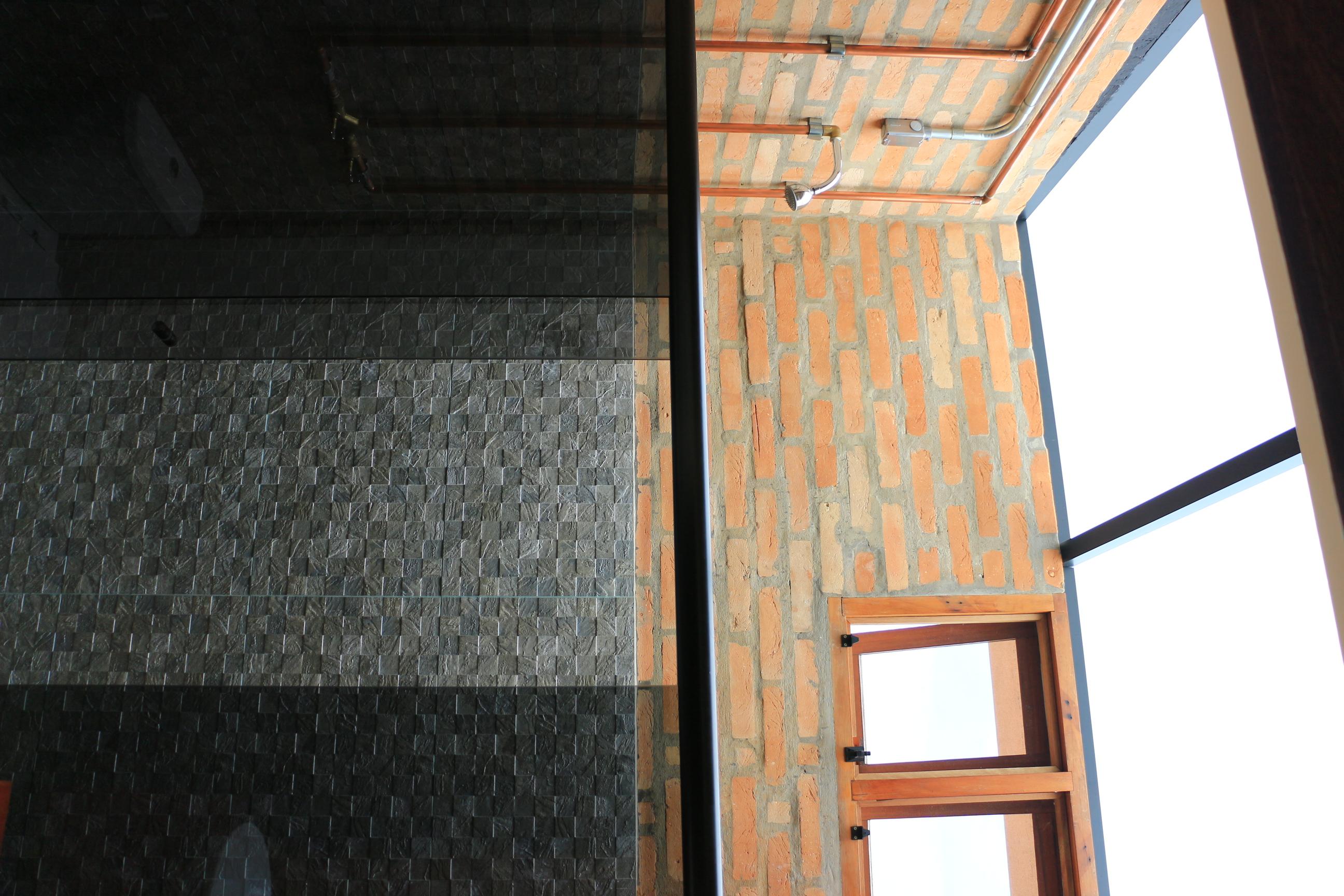 CASA GALPÃO (UM LOFT NO CAMPO) « TETO Arquitetura Sustentável e  #9B5430 2592x1728 Arquitetura Sustentavel Banheiro