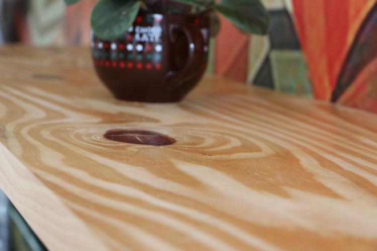 DEPOIS: Detalhe da mesa de leitura